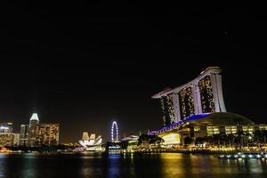 paysage urbain de Singapour de nuit photo