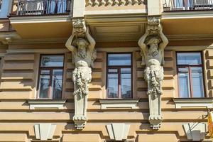 la sculpture sur la maison sur le talus du canal griboïedov photo