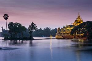 Atmosphère du crépuscule à la pagode Shwedagon à Yangon, Myanmar photo