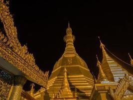 Pagode Sule, Yangon, Myanmar par nuit photo