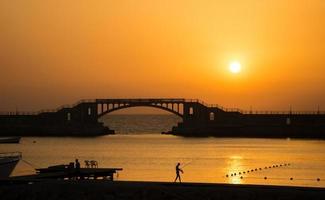 coucher de soleil à montaza, alexandrie, egypte photo