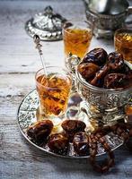 thé arabe traditionnel et dattes sèches