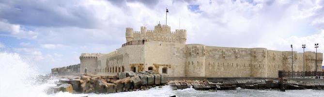 kite-bey forteresse place des ruines en alexandrie. photo