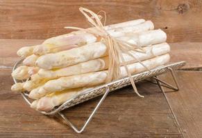 tas d'asperges blanches fraîches photo