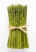 bouquet d'asperges vertes fraîches photo