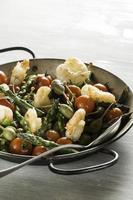 crevettes et asperges sautées