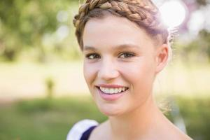 jolie fille oktoberfest souriant à la caméra photo