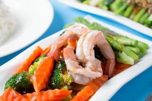 remuer les légumes frits aux crevettes