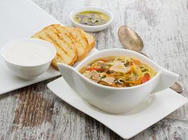 soupe de poulet rustique aux nouilles et sur fond de bois photo