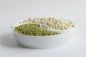 haricots multicolores dans un bol en céramique photo