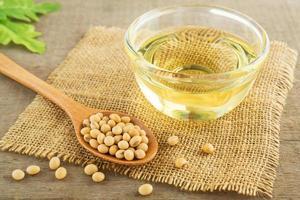 graines de soja et huile sur sac photo