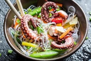 nouilles aux légumes et poulpe