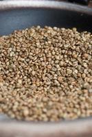 grains de café vert dans une casserole photo