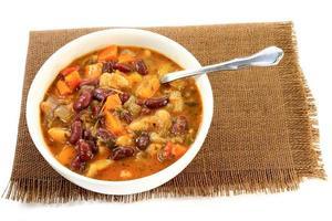 soupe de haricots rouges et rouges avec assaisonnements aux herbes photo