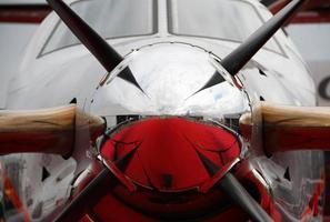 devant un petit avion photo