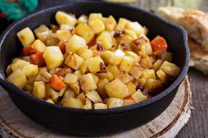 pommes de terre et légumes hachés photo