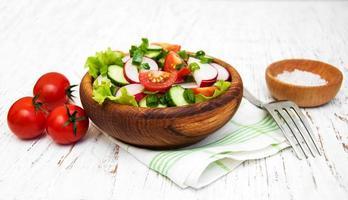 salade de printemps aux tomates, concombres et radis