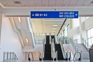 Escalier mécanique en mouvement dans le terminal de l'aéroport moderne photo