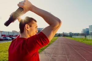 homme athlétique soulève des poids photo