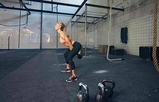 jeune, fitness, femme, faire, gymnase, séance entraînement photo