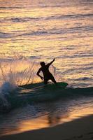 surfeur sur la plage de waikiki photo