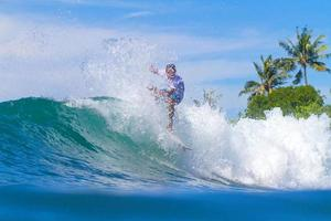 surfer sur une vague. île de Bali. Indonésie.