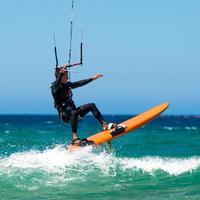 kite surf sur une plage immaculée photo