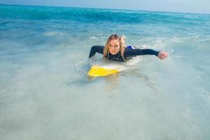 femme avec une planche de surf dans l'océan photo