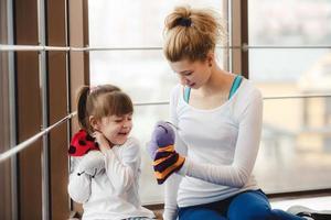 mère et fille jouant avec des jouets dans la salle de gym photo