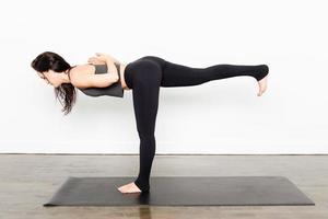 série de yoga - guerrier iii photo