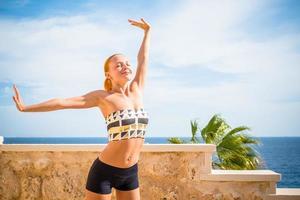 belle femme, pratiquer le yoga photo