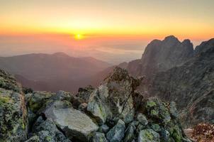 paysage d'été. lever du soleil dans les montagnes. photo
