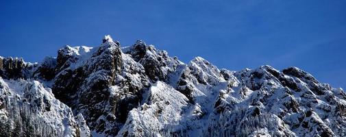 paysage de haute montagne avec soleil photo