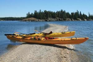 deux kayaks jaunes sur un banc de sable photo