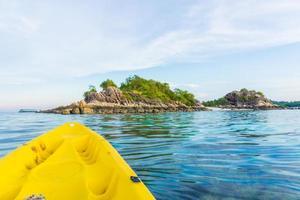 en face de la mer de kayak sur l'île de Lipe photo