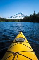 kayak dans le lac de montagne, mt. capuche, orégon photo