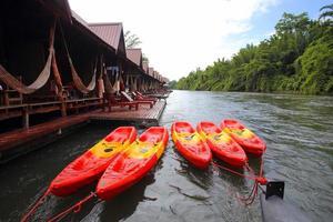 maison de radeau sur la rivière kwai à kanchanaburi, Thaïlande. photo