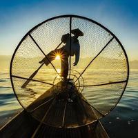 pêcheurs, dans, lac inle, à, levers de soleil, shan, état, myanmar photo
