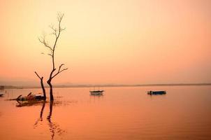 paysage pittoresque du lac au lever du soleil photo