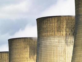 rangée de tours de refroidissement à la centrale électrique