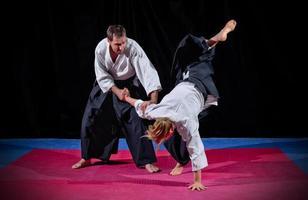 combat entre deux combattants d'aïkido photo