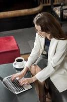 femme affaires, sur, ordinateur portable photo