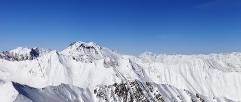 panorama des montagnes d'hiver