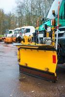voiture avec châssis de charrue. les services routiers d'hiver sont prêts pour l'hiver.