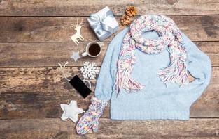 vêtements d'hiver sur fond en bois.