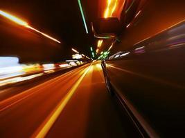 route de nuit à travers la ville