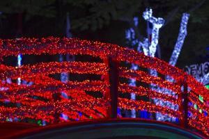 pont avec des lumières de Noël rouges photo