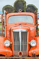 vieux camion grumier transportant des billes de sapin de douglas