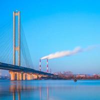 pont sud à kyiv à l'aube photo