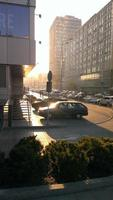 coucher de soleil lumineux dans la ville photo
